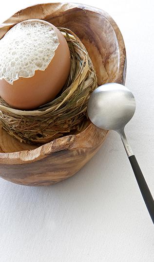 Huevo cocido, muselina de la coliflor y emulsión de anguila ahumada